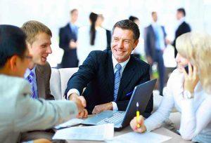 Personas ejecutivas reunidas sentadas en mesa de trabajo