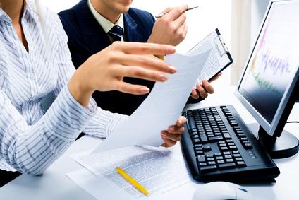 Dos personas trabajando frente a un ordenador