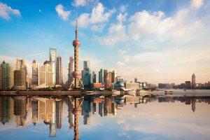 shanghai horizonte al atardecer con la reflexión, China