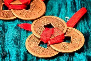 Primer plano de monedas de la suerte chinas atadas con cinta roja