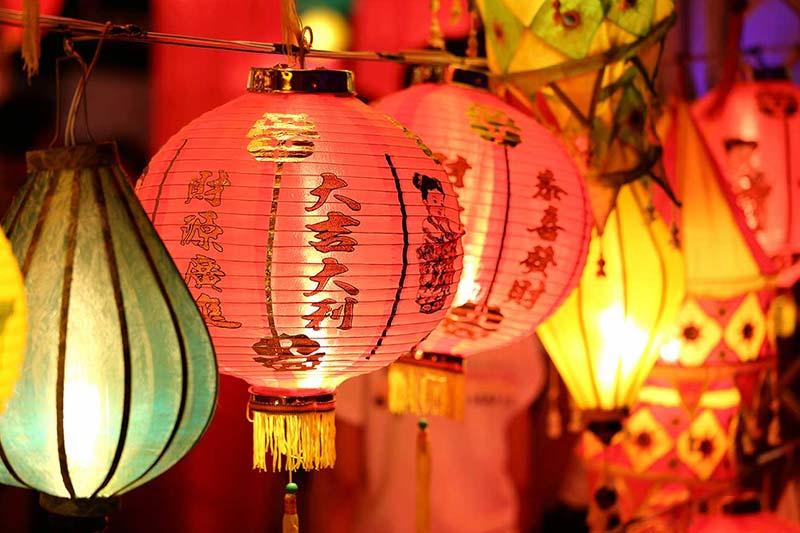 Faroles de papel chinos iluminados