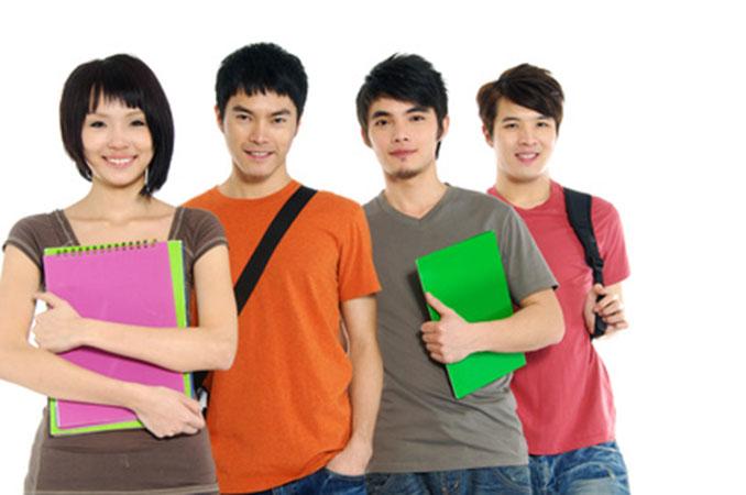 Jóvenes estudiantes posando