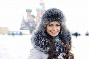 Mujer rusa con gorrro de piel en Plaza Roja de Moscú nevando