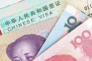 Yuan chino o el dinero de billetes de la moneda China con visado para el concepto de viaje, vista de cerca como fondo