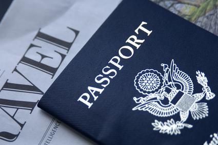 Detalle de pasaporte sobre hoja impresa