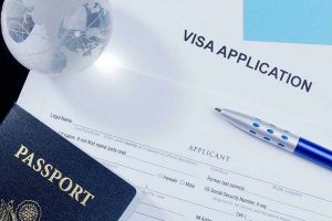 Pasaporte y Bolígrafo sobre formulario de visado