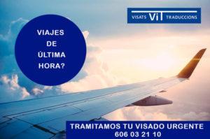 Avión en vuelo publicitando Tramitación de Visados Urgentes