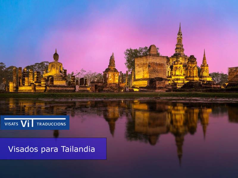 Paisaje de templo tailandés sobre lago promoción de Visados para tailandia